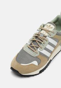 adidas Originals - ZX 700 HD UNISEX - Sneakers laag - beige - 8