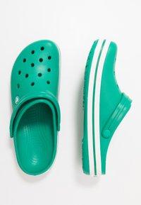 Crocs - CROCBAND UNISEX - Zuecos - deep green/white - 1