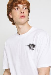 Edwin - SUTURE UNISEX - Print T-shirt - white - 3
