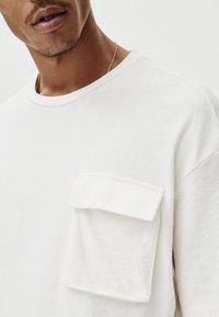 PULL&BEAR - MIT TASCHEN - Print T-shirt - white - 3