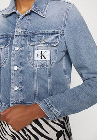 Calvin Klein Jeans - CROP TRUCKER - Džínová bunda - light blue - 5