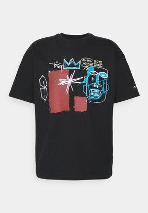 BASQUIAT ELEVATED TEE UNISEX - Camiseta estampada - black