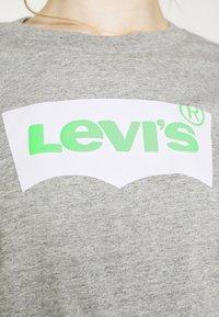 Levi's® - GRAPHIC VARSITY TEE - T-shirt imprimé - heather grey - 6