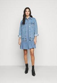 Vero Moda Tall - VMMARIA FRILL DRESS - Denimové šaty - light blue denim - 1