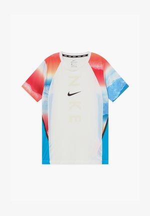 INSTACOOL - Camiseta estampada - bright crimson/baltic blue