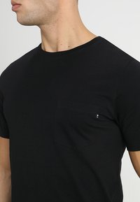 Jack & Jones - JJEPOCKET TEE SS O-NECK - Camiseta básica - black
