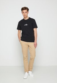Calvin Klein - SUMMER CENTER LOGO - T-shirt med print - black - 3