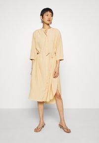 Moss Copenhagen - BENEDICTE MELODY 3/4 DRESS - Shirt dress - croissant - 0