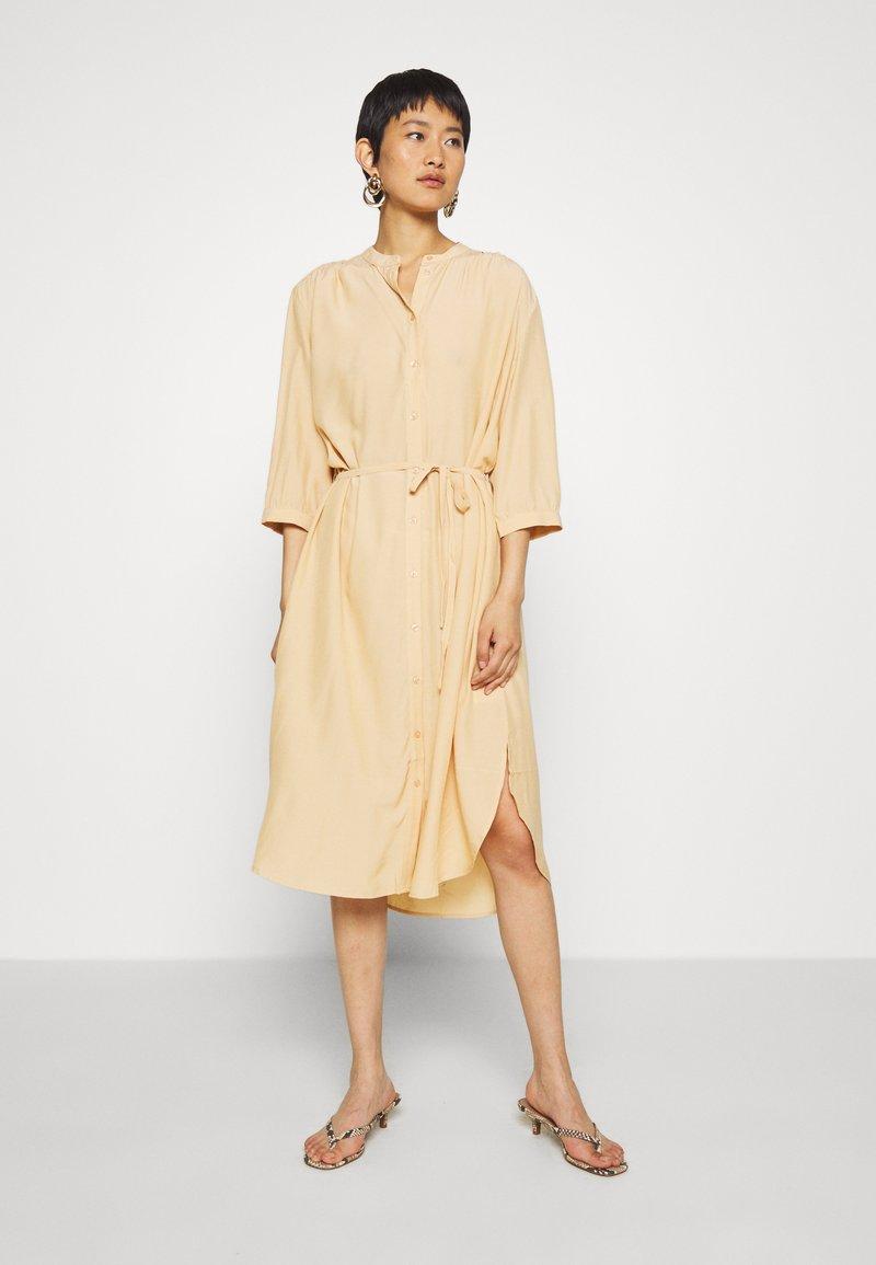 Moss Copenhagen - BENEDICTE MELODY 3/4 DRESS - Shirt dress - croissant