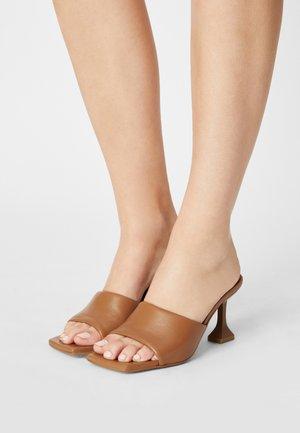 Pantofle na podpatku - papirus dream