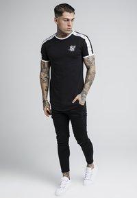 SIKSILK - TAPE SHOULDER GYM TEE - T-shirt imprimé - black - 1