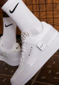 Nike Sportswear - AF1-TYPE SP20 - Sneakersy niskie - white/black - 3