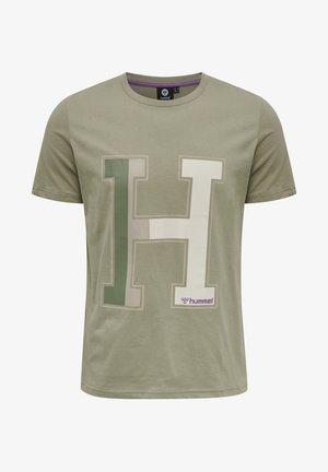 HMLLANEWAY - Print T-shirt - vetiver
