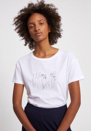 NELAA GRASSES - Print T-shirt - white