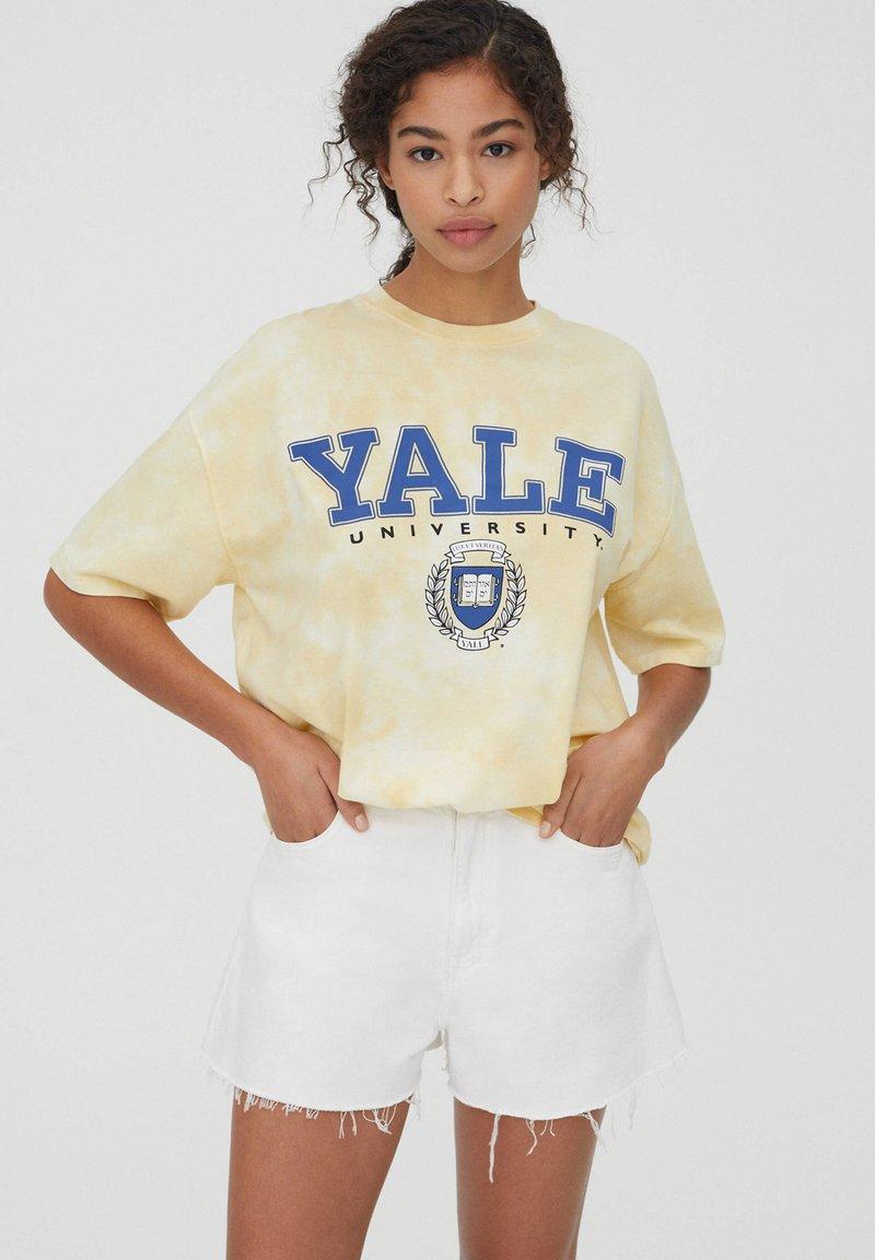 PULL&BEAR - HARDVARD UNIVERSITY - T-shirt con stampa - yellow