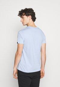 Alpha Industries - Print T-shirt - light blue - 2