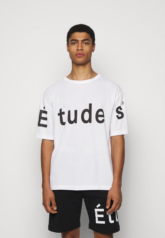 MUSEUM ETUDES UNISEX - Printtipaita - white