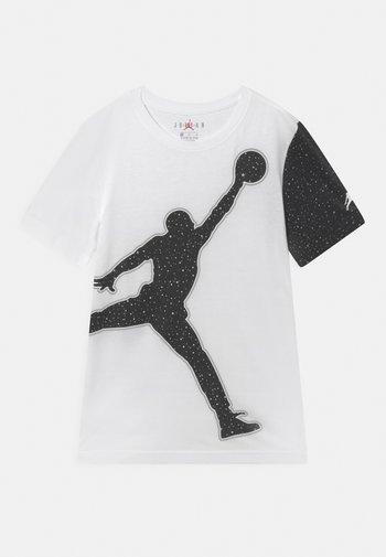 JUMBO JUMPMAN SPECKLE TEE - T-shirt med print - white