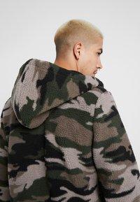 Hollister Co. - EXTERIOR SHERPA  - Fleece jacket - green camo - 5