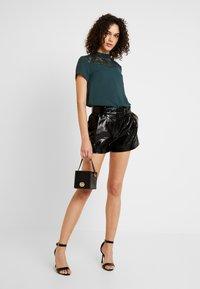 ONLY - ONLSCARLET GLAZE - Shorts - black - 1