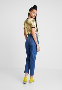 Levi's® - EXPOSED BUTTON MOM JEAN - Relaxed fit jeans - pacific dream - 2