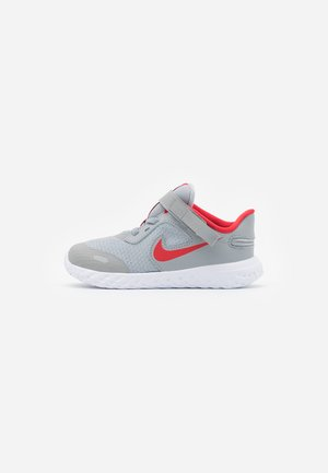 REVOLUTION 5 FLYEASE - Obuwie do biegania treningowe - light smoke grey/university red/photon dust