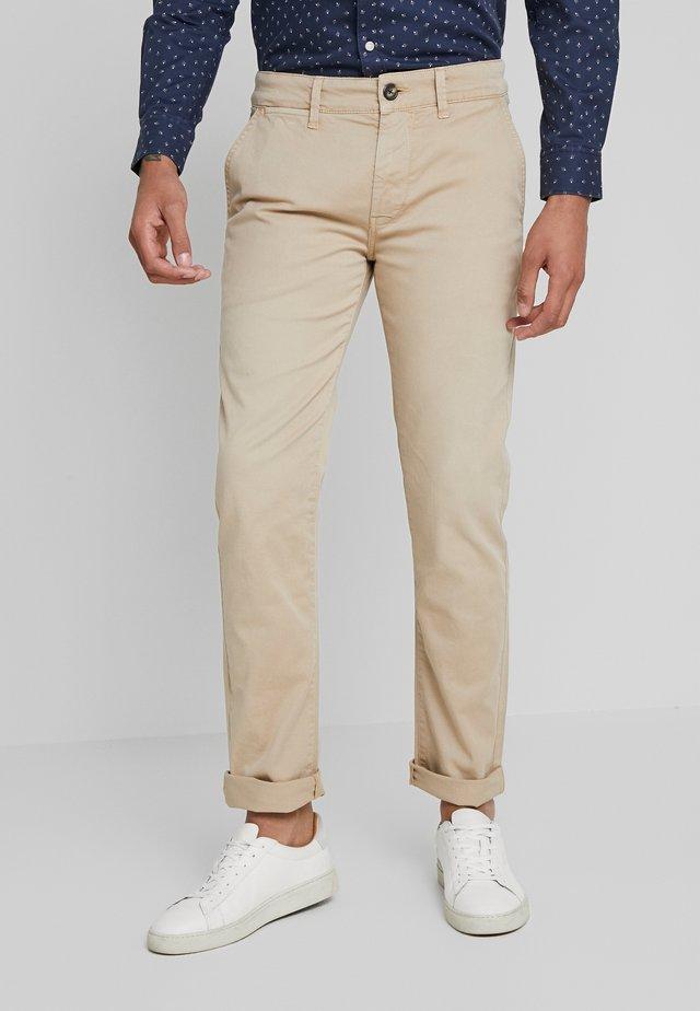 SLOANE - Pantalones chinos - malt