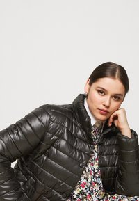 Missguided Plus - LIGHTWEIGHT RIBBED PUFFER JACKET - Light jacket - black - 3