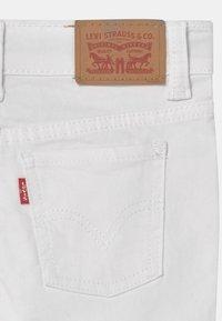 Levi's® - GIRLFRIEND SHORTY  - Jeansshort - white - 2