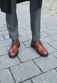 Vagabond - ALEX - Lace-up ankle boots - cognac - 4