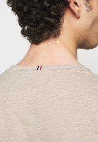 Les Deux - PIECE - Basic T-shirt - light brown melange - 5