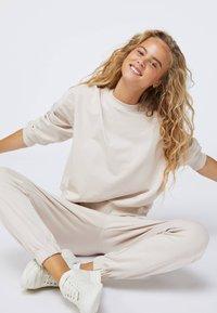 OYSHO - Pantalon de survêtement - beige - 3