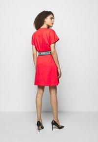 KARL LAGERFELD - LOGO TAPE DRESS - Sukienka z dżerseju - tangerine - 2
