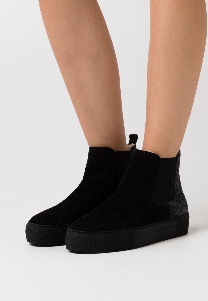 Shepherd - AMBER OUTDOOR LEOPARD - Kotníková obuv - black