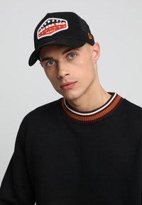 New Era - PATCH TRUCKER - Caps - orange/black/optic white - 1