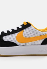 Nike SB - ADVERSARY UNISEX - Skateboardové boty - black/universe gold/white/light brown - 5