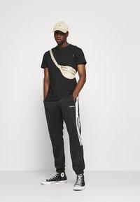Night Addict - REFLECT - T-shirt med print - black - 1