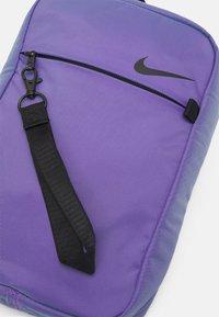 Nike Sportswear - UNISEX - Umhängetasche - wild berry/black - 3