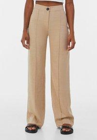 Bershka - LOOSE-FITTING WIDE-LEG - Pantaloni - camel - 0