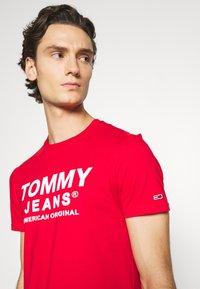 Tommy Jeans - TJM ESSENTIAL FRONT LOGO TEE - T-shirt z nadrukiem - deep crimson - 3
