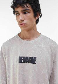 Bershka - T-shirt med print - beige - 3