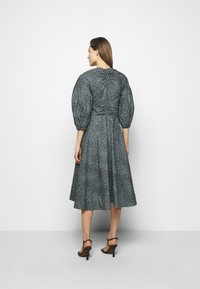 Proenza Schouler White Label - EXAGGERATED SLEEVE FITTED DRESS - Denní šaty - steel blue/black - 2