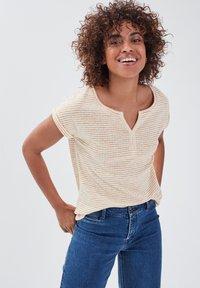 BONOBO Jeans - Print T-shirt - jaune - 3