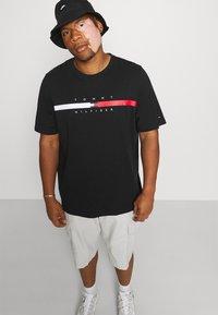Tommy Hilfiger - GLOBAL STRIPE CHEST TEE - T-shirt med print - black - 3