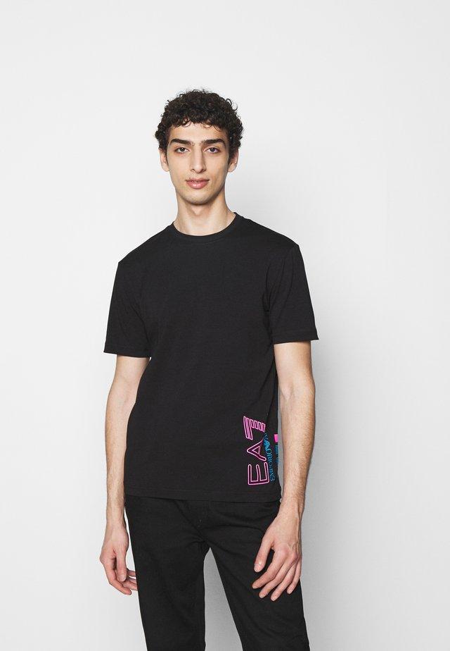 T-shirt print - black/pink