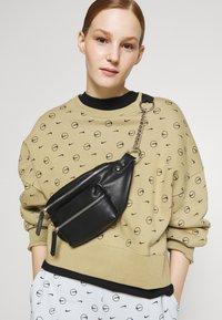 Nike Sportswear - CREW - Sweatshirt - parachute beige - 3