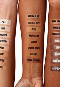 Nyx Professional Makeup - CSWS CONTOUR CONCEALER - Concealer - 12.7 neutral tan - 2