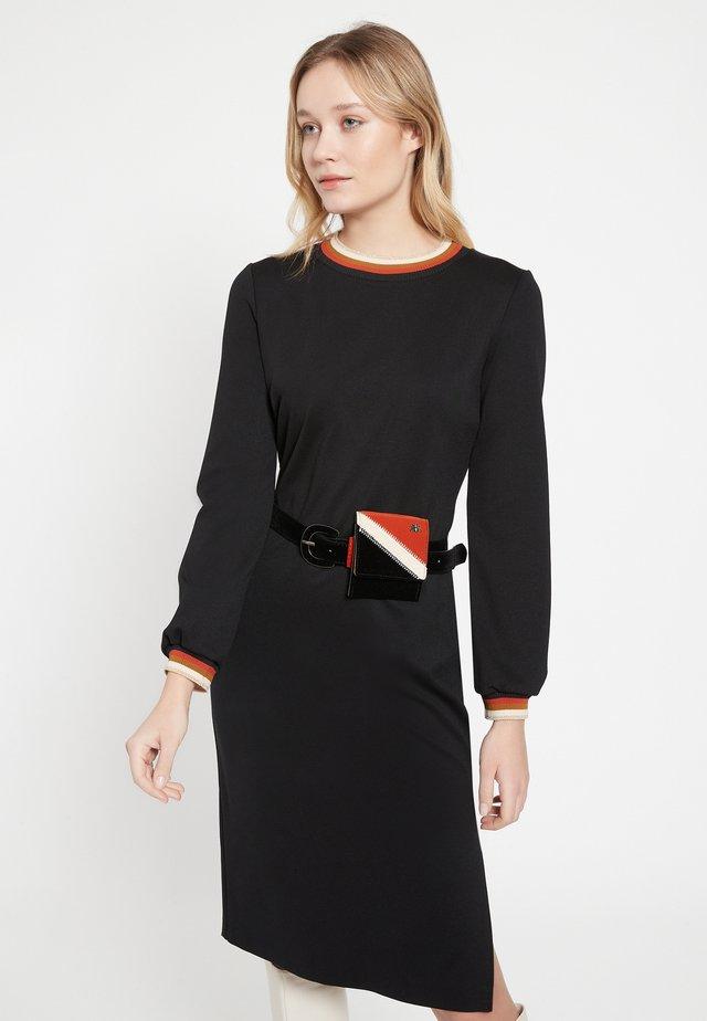 BAZZY - Etui-jurk - schwarz