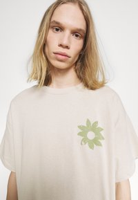 Vintage Supply - FLOWER - Printtipaita - beige - 4