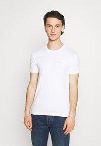 Calvin Klein Jeans - SLIM TEE 3 PACK - T-paita - red/black/white - 1